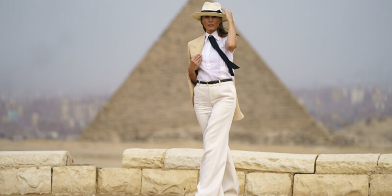 melania trump davanti alle piramidi
