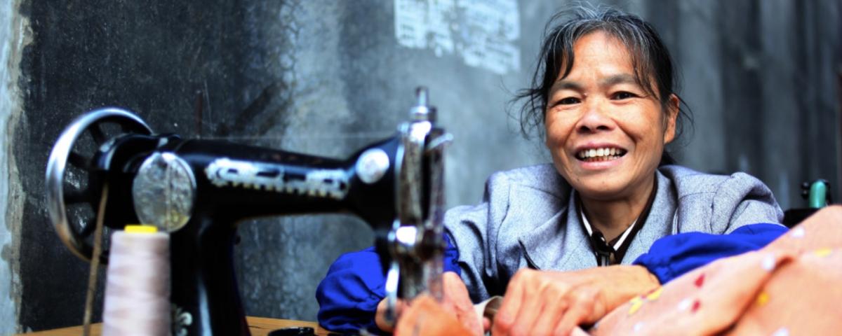 una donna cinese alla macchina da cucire
