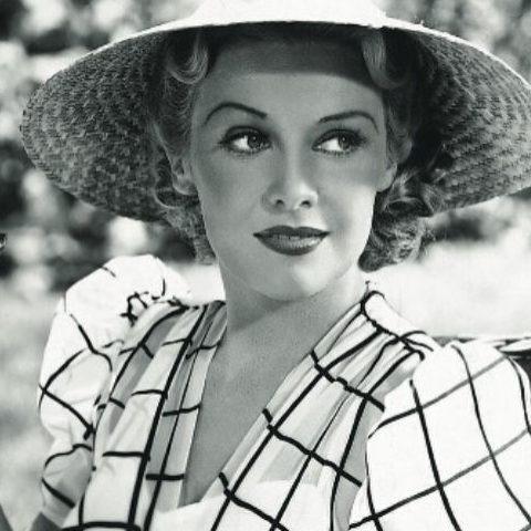 una donna con un cappello