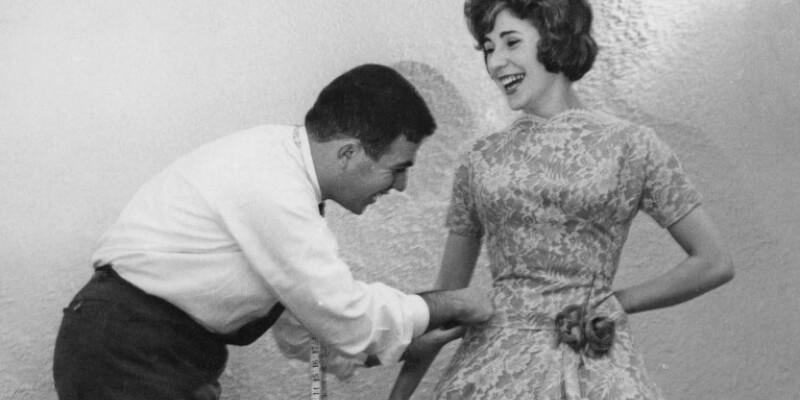 Dior cuce un abito su una modella