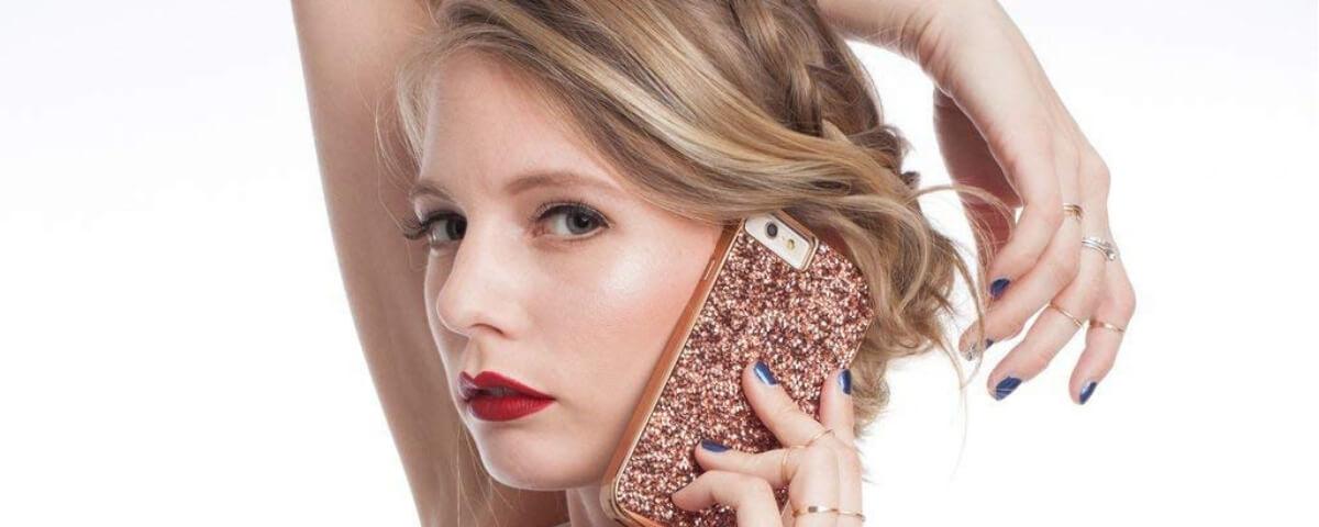 una ragazza col telefonino