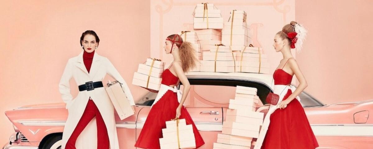 tre modelle con tanti pacchi regalo