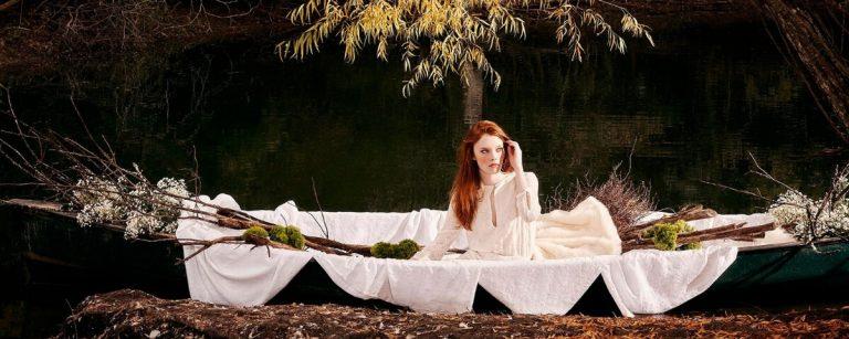 una ragazza dai capelli rossi in barca