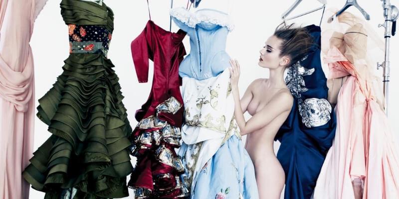 una modella tra abiti couture di dior