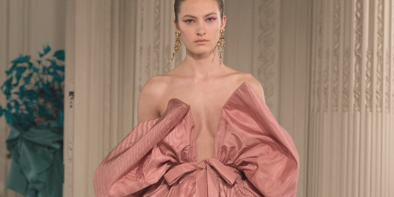 una modella con un abito haute couture di valentino