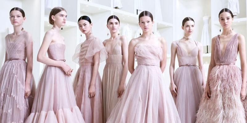 un gruppo di modelle posa in abiti haute couture di dior