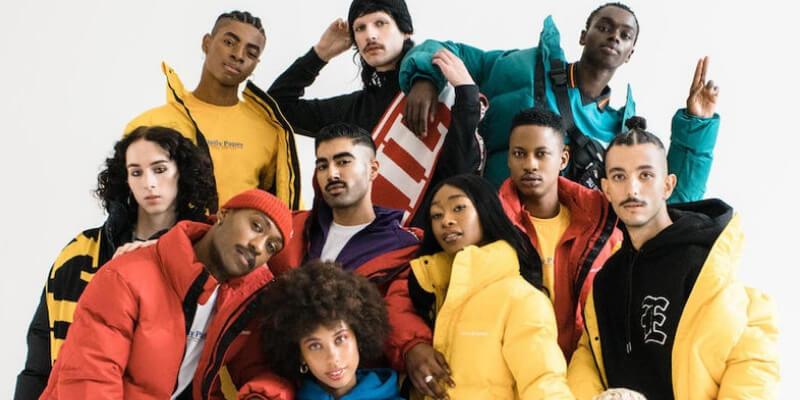 un gruppo di modelli di diverse etnicità posano per una foto di moda