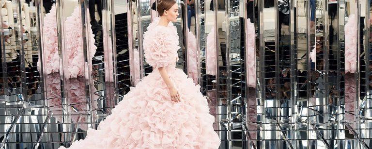 uan modella nuda tra i vestiti di dior haute couture