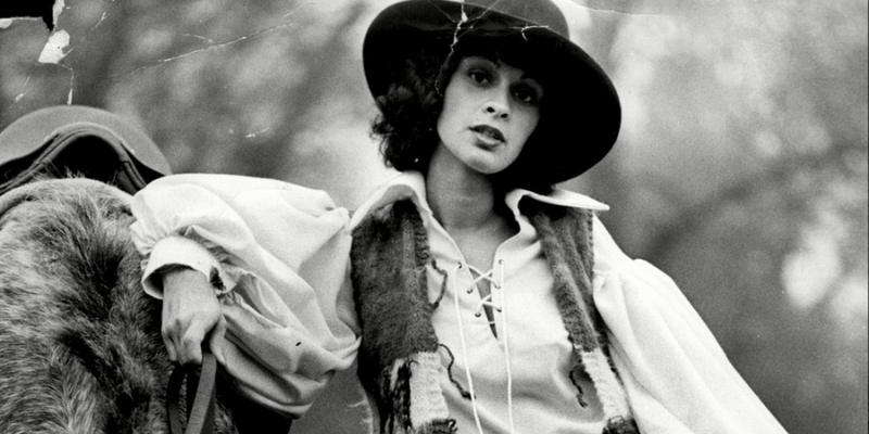 una ragazza con abiti da gaucho negli anni 70