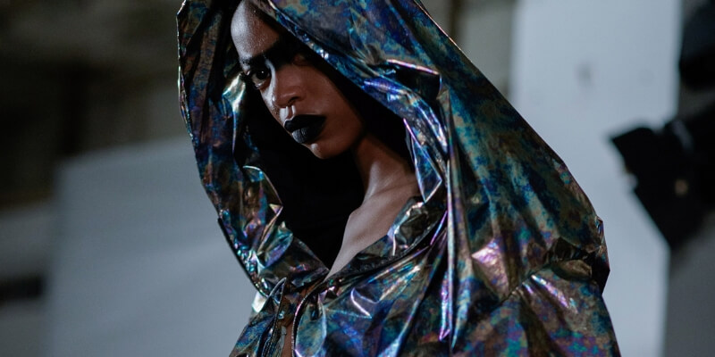 una modella di colore con un cappuccio di plastica