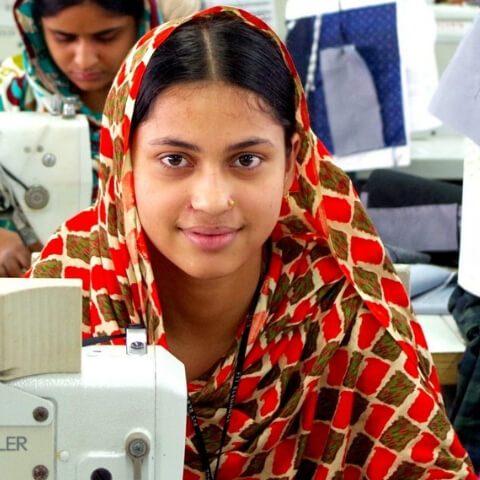 una ragazza indiana alla sua macchina da cucire