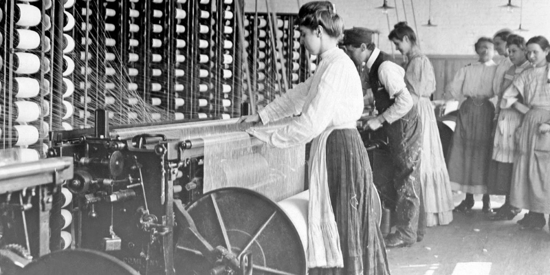 delle donne in una fabbrica tessile a inizio '900