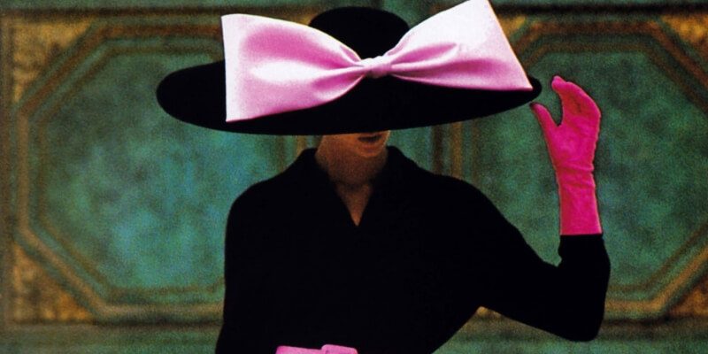 un cappello a tesa larga con megafiocco fuxia sulla tesa