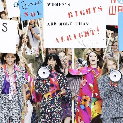 la sfilata di chanel con protesta femminista