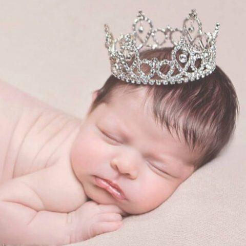 un bambino neonato con una corona