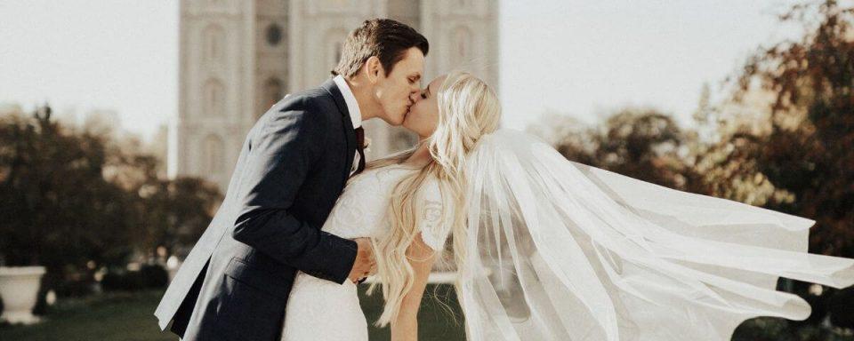 due sposi si baciano dopo la cerimonia