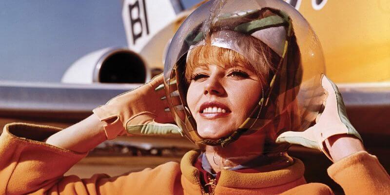 una hostess anni '60 con una divisa inspirata alla moda spaziale