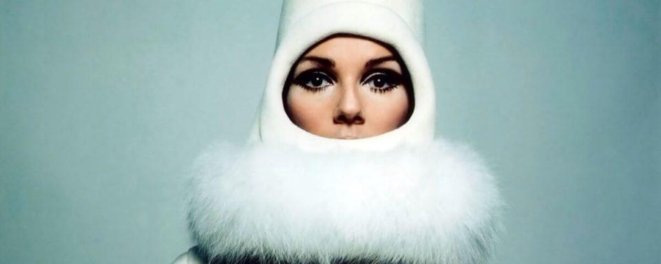 una modella con un cappello a casco di pierre cardin negli anni 60