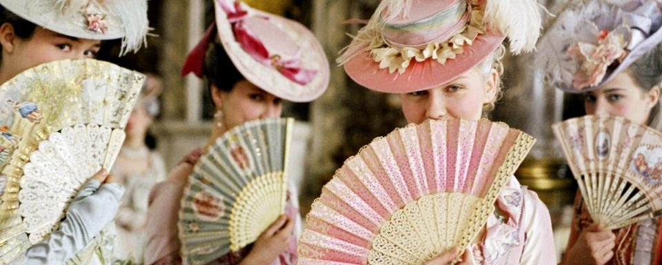 una scena del film Marie Antoinette di Sofia coppola in cui compaiono Kirsten Dunst e altre con dei ventagli in mano