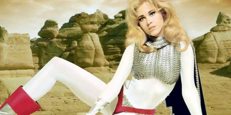 Jane fonda nel ruolo di barbarella con un costume firmato da paco rabanne