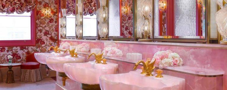 un bagno rosa molto bello