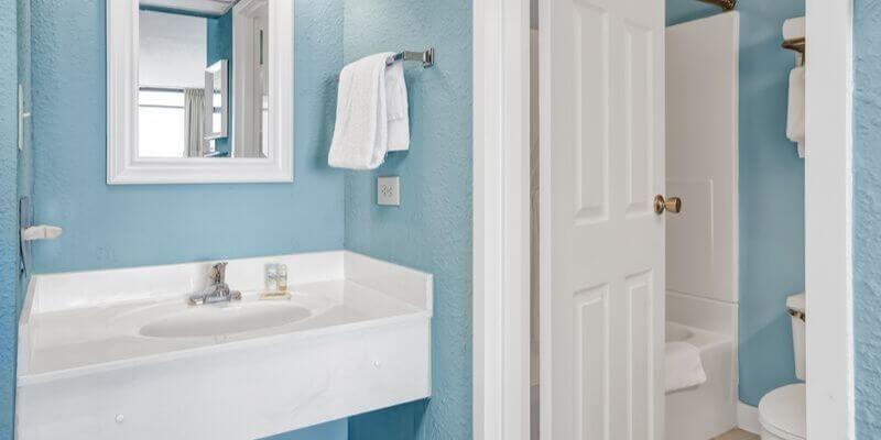un bagno azzurro e bianco