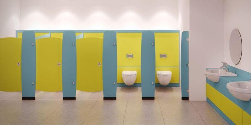 delle toilette pubbliche nei toni dell'azzurro e del verde