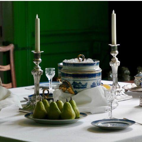 una tavola apparecchiata con eleganza