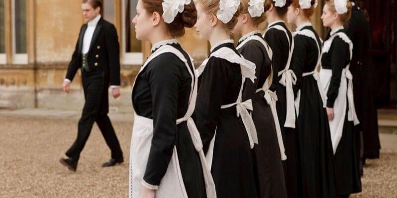 cameriere in fila a downton abbey