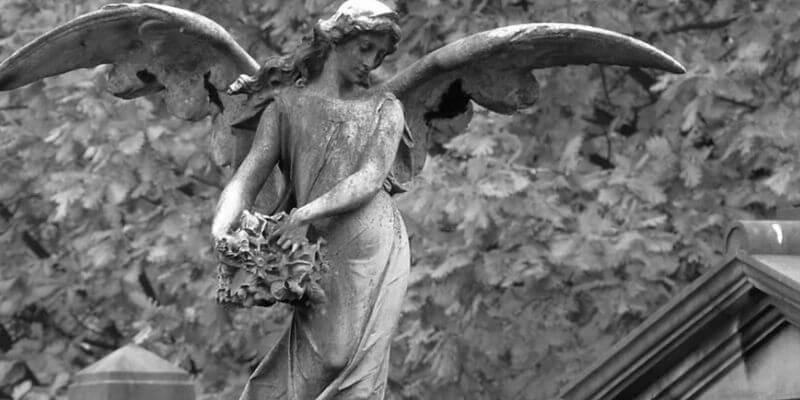 un angelo scolpito su una tomba