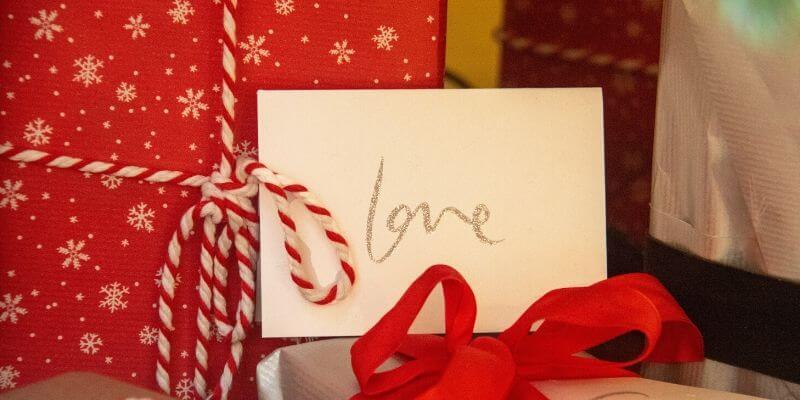 un regalo con un biglietto con la scritta love