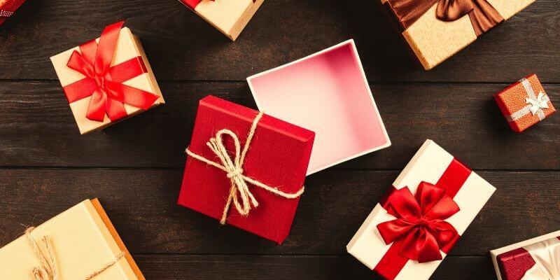 un flatlay con scatole regalo di cui una aperta