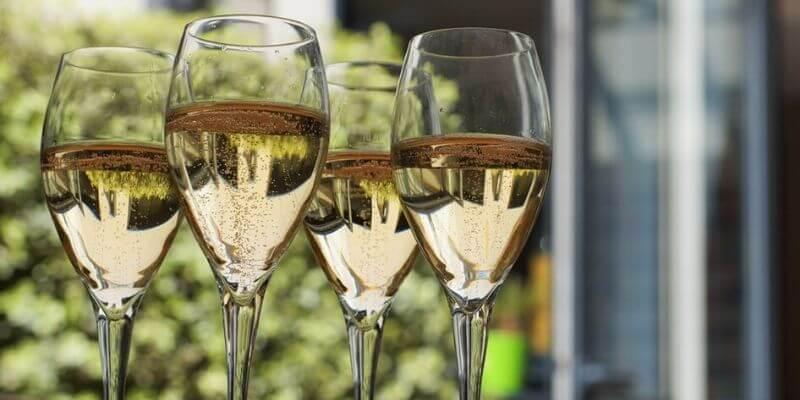 tre bicchieri di vino bianco