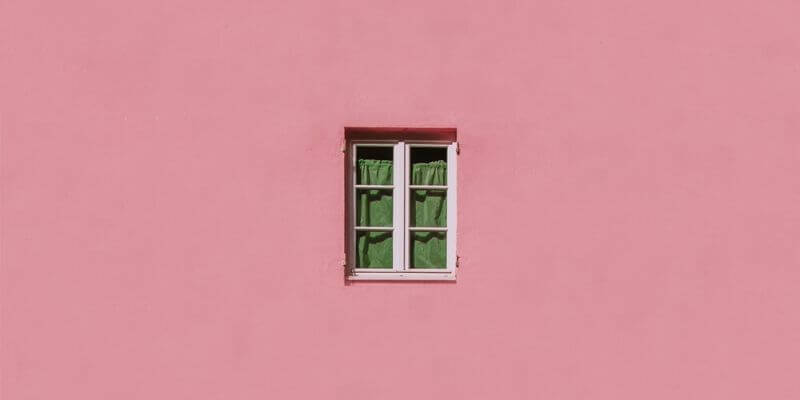una finestra verde su un muro rosa