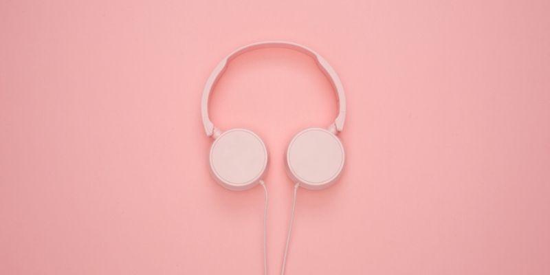 delle cuffie rosa su uno sfondo rosa