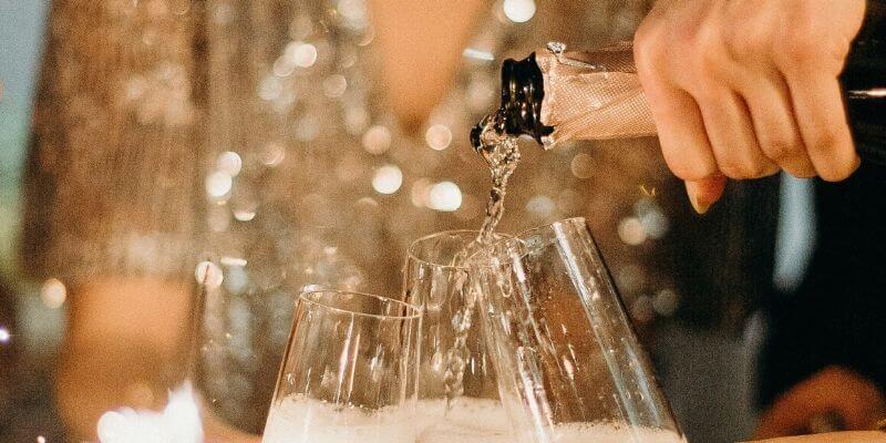 un primo piano di qualcuno che versa vino in un bicchiere