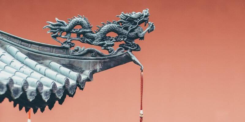 un dettaglio con un drago su un tetto cinese