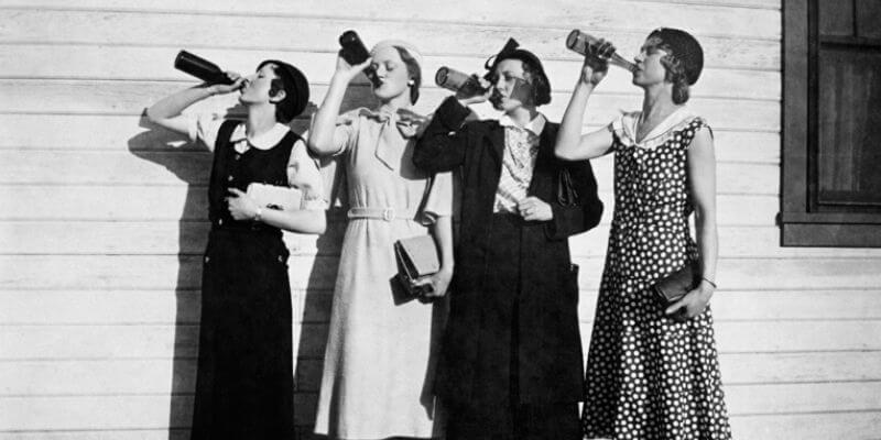 Alcune donne bevono dalla bottiglia negli anni '30