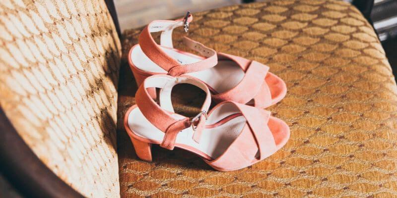 un paio di sandali di camoscio rosa
