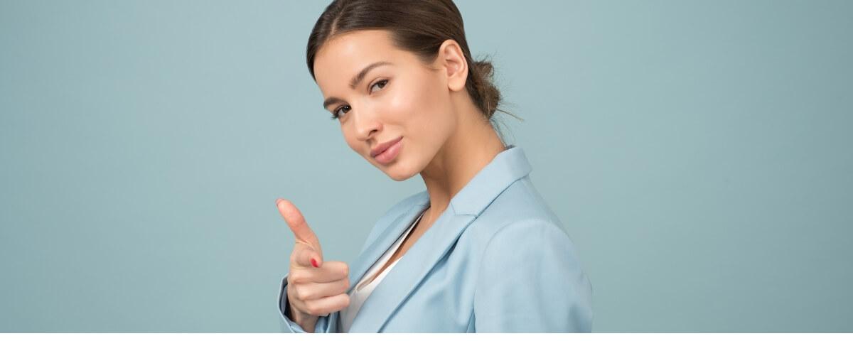 una ragazza su uno sfondo azzurro