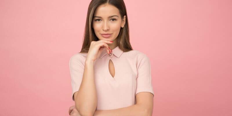 una ragazza su uno sfondo rosa