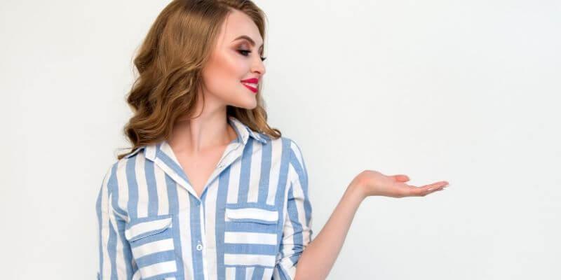una ragazza con vestito a righe blu