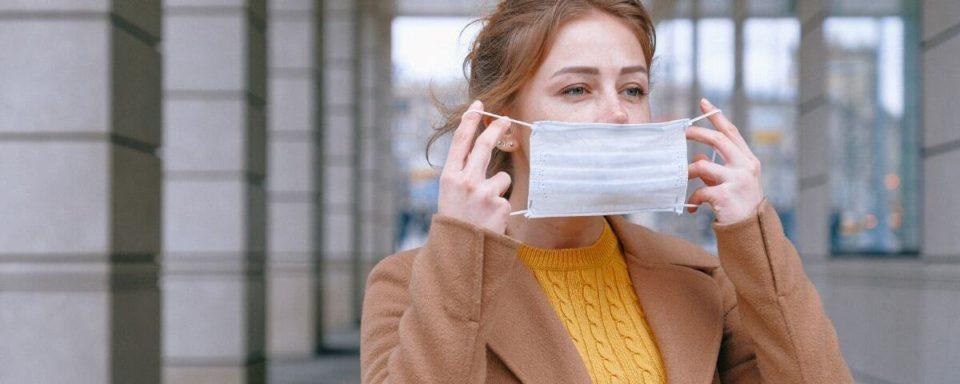 una ragazza indossa una mascherina all'esterno