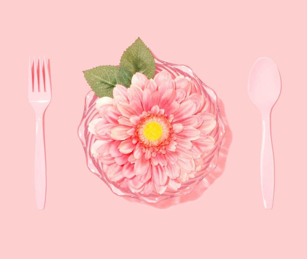 un piatto con un fiore rosa