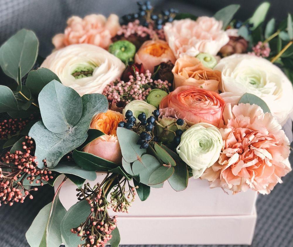 una composizione di fiori sui toni dell'arancio