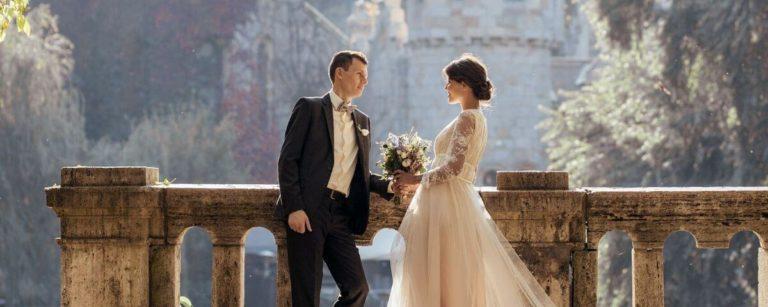due sposi sullo sfondo di un castello