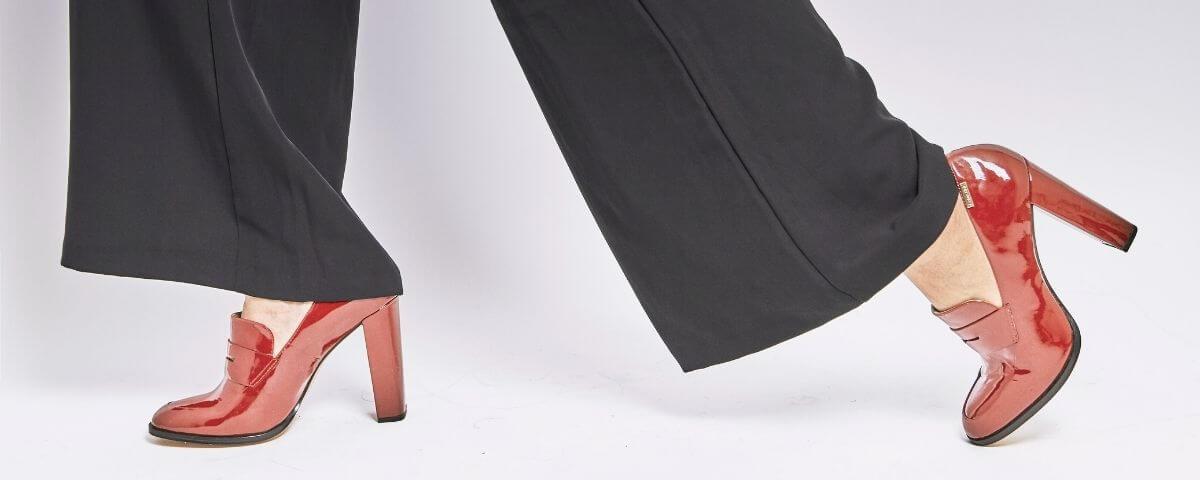 due piedi femminili con dei mocassini rossi