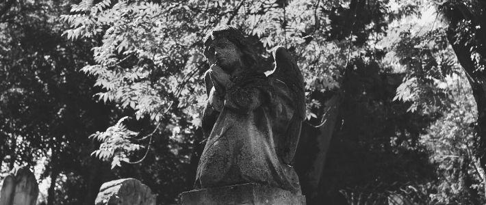 una statua di un angelo cimiteriale