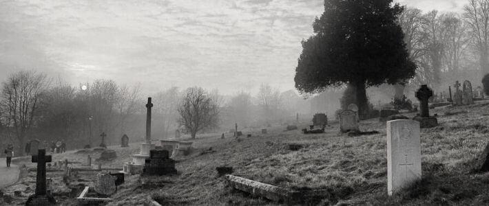 un cimitero avvolto nella nebbia
