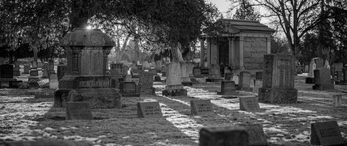 un cimitero con delle tombe